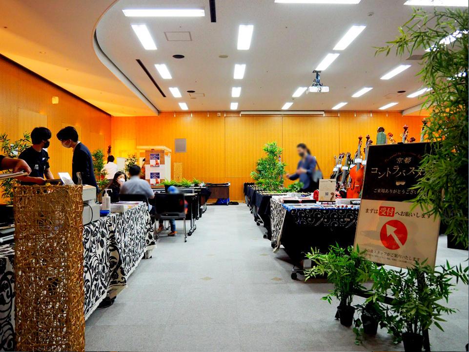 楽器のほか、弦などの関連商品の展示販売も