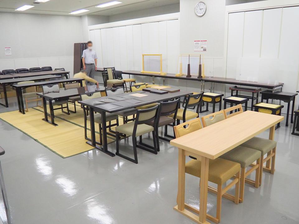テーブルやいすなどが展示された会場内