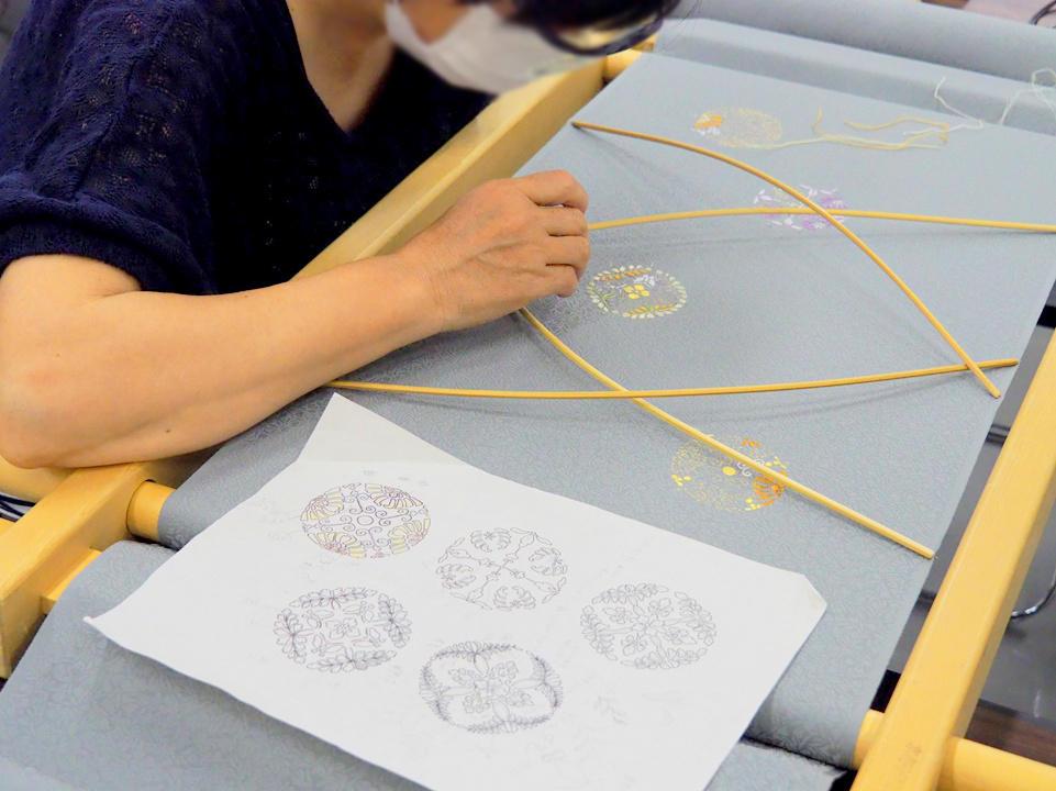 繊細な図柄の刺繍の様子