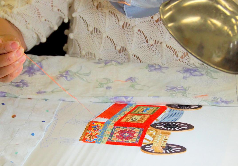華やかな図柄の刺繍の様子