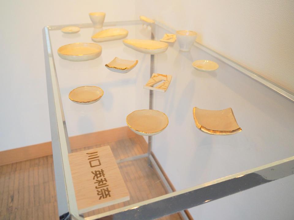ギャラリー備品(無料)の金属製展示台とアクリル板を用いた、作品展示の様子
