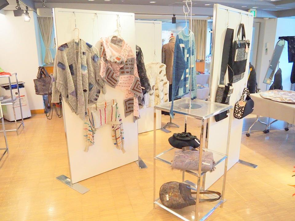 ギャラリー備品(無料)のパネルと展示台を用いた展示の様子