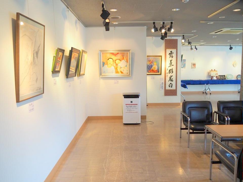 B室には絵画、書、彫刻、陶芸、工芸の作品が展示