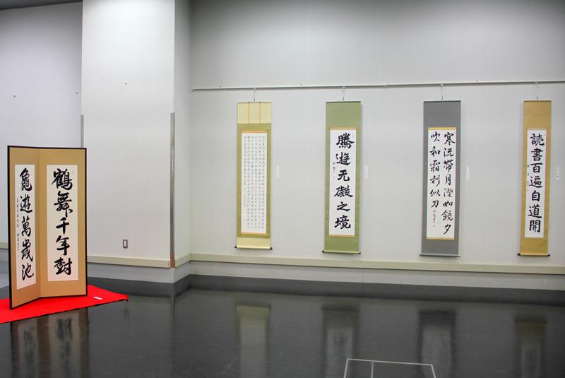 壁面の吊金具を活かした作品配置